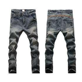 hombre de baja altura jeans abajo con los pantalones de corte bajo